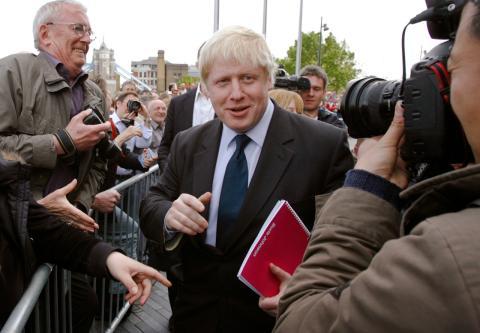 Boris Johnson se dirige a la prensa tras ser elegido alcalde de Londres en 2008