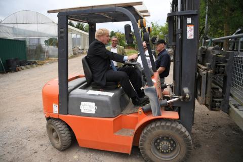 Boris Johnson, haciendo campaña en un tractor