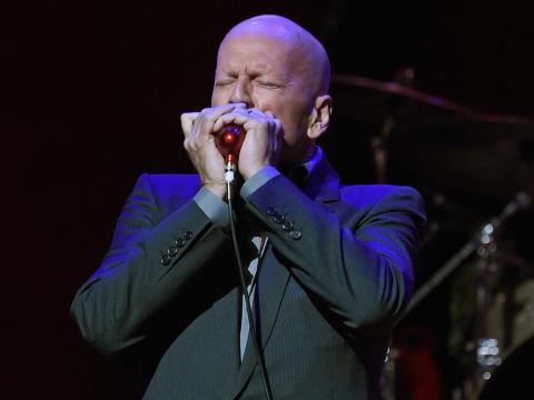 Bruce Willis tocó una armónica durante un concierto benéfico en 2017.ring a 2017 benefit concert.