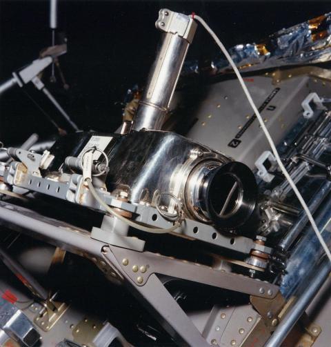 La cámara de televisión del Apolo en su emplazamiento en un lateral del módulo lunar del Apolo 11, desde donde retransmitió el 'pequeño paso' de Armstrong.