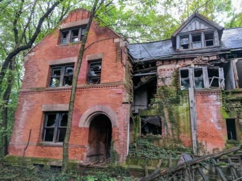 La Casa del Personal es una de las estructuras más antiguas y destrozadas. Fue constriuda en 1885