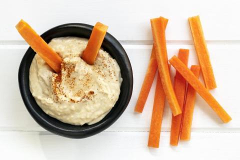 El hummus contiene dos ingredientes, ambos ricos en calcio.