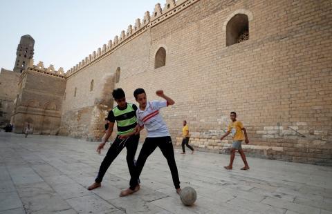 Unos chicos juegan al fútbol en El Cairo