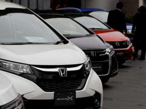Coches Toyota aparcados en una feria de automoción