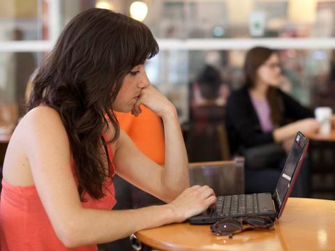 Una mujer trabajando en un ordenador.