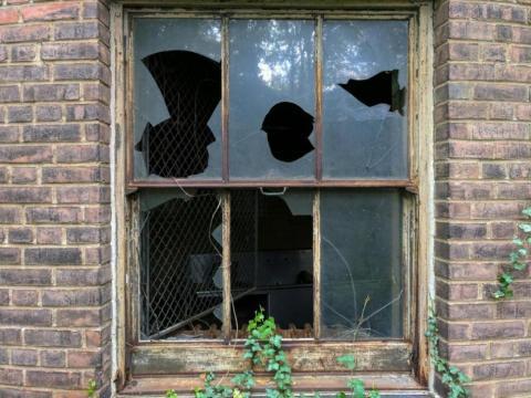 Como muchos edificios tenía las ventanas rotas y pudimos mirar a través de ellas