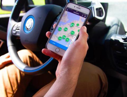 Un conductor usa Freshmile en su móvil mientras conduce
