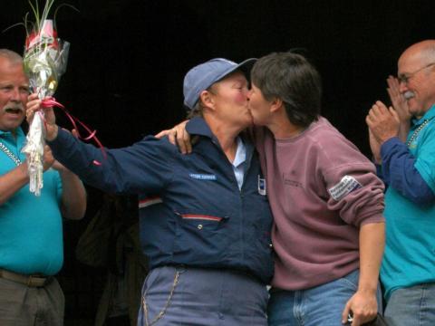Judy Linen y Ellen Daily comparten un beso en los escalones del Ayuntamiento después de recibir su licencia de matrimonio el 17 de mayo de 2004, en Provincetown, Massachusetts.