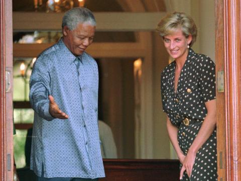 La princesa Diana se reunió con Mandela en Ciudad del Cabo para hablar de la amenaza del sida en Sudáfrica.