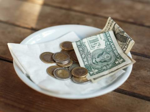 Dar propinas a los camareros y a otros profesionales
