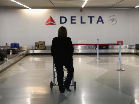 Un pasajero espera su equipaje en el área de recogida de Delta en el Aeropuerto Internacional O'Hare.
