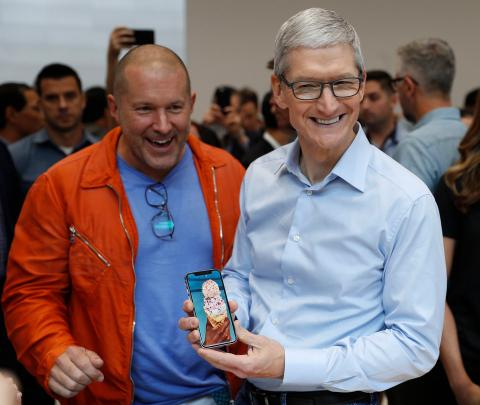 El director de Diseño de Apple, Jony Ive, junto a Cook.