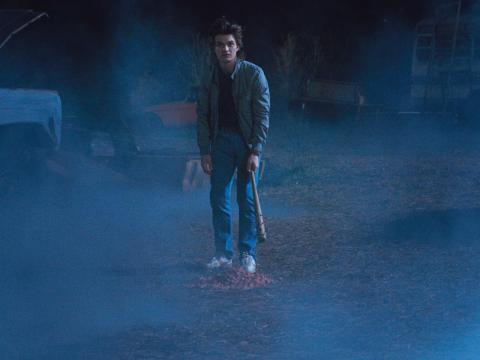 Joe Keery como Steve en la escena del desguace de Stranger Things 2.