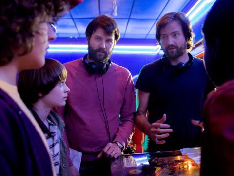 Matt y Ross Duffer en el set de Stranger Things 2.