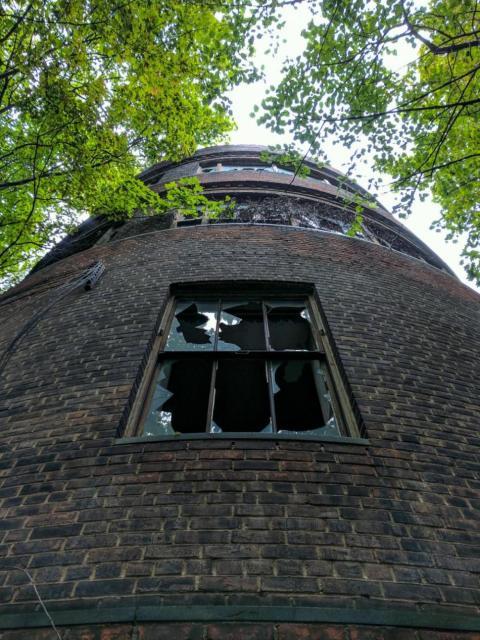 Es un edificio grande y espeluznate que queríamos explorar, pero no nos dejaron