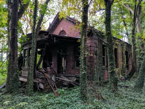 Estructuras como La Casa del Médico, construida en 1926, están al borde del colapso. Seguramente, hoy en día, serían edificios muy bonitos y útiles si se hubiesen mantenido.