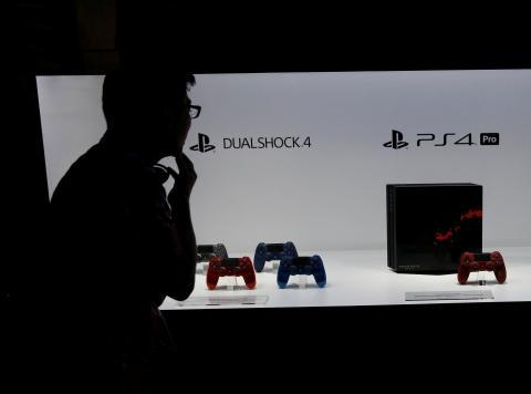 Un expositor con la PlayStation 4.