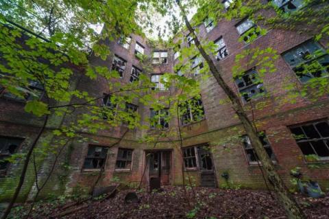 Es un extenso edificio de 83.000 pies cuadrados y estaba destinado a albergar a gente con tuberculosis
