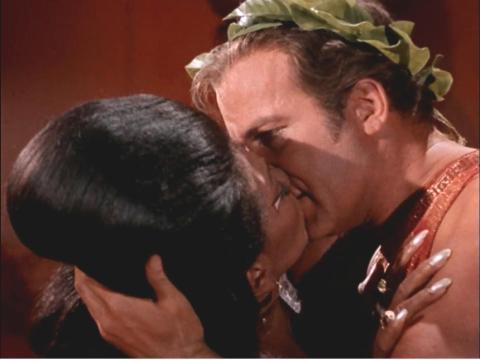 "Nichelle Nichols y William Shatner como Uhura y Kirk en ""Star Trek""."