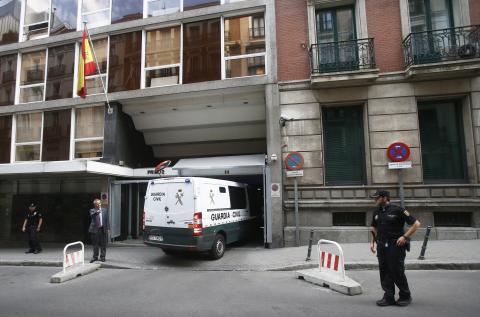 Un furgón policial entre en un juzgado de Madrid.