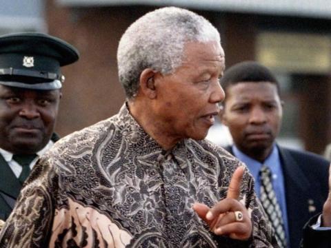 El presidente Nelson Mandela habló con Robert Mugabe, de Zimbabwe, en 1997, cuando salía del país tras una visita de Estado de tres días.