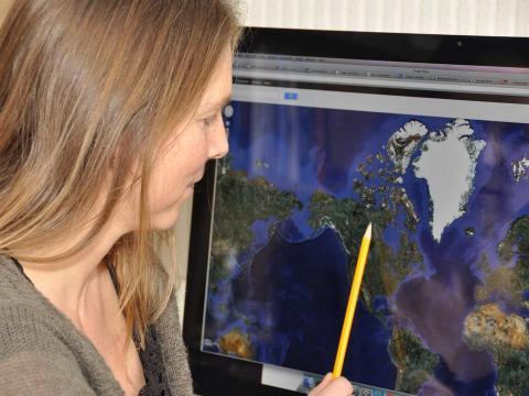 Una geógrafa mirando un mapa.