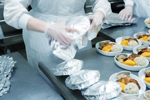 Hay compañías que tienen cocineros a bordo, pero no es lo común