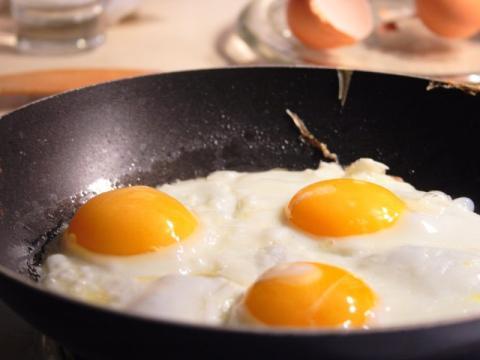 Huevos poco hechos