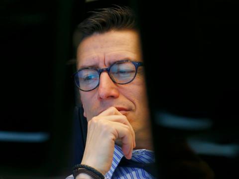 Un inversor observa las pantallas de cotización en Wall Street