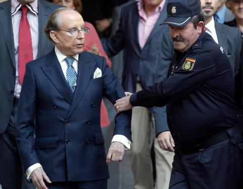 José María Ruiz-Mateos, escoltado por la policía a la entrada a un juicio