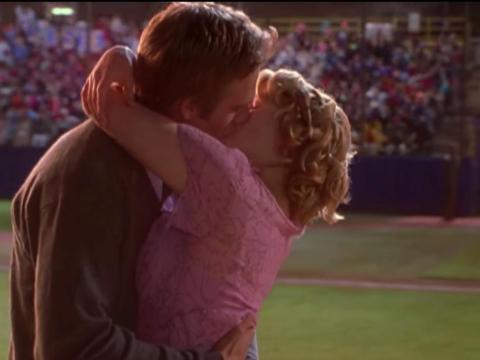 """Michael Vartan y Drew Barrymore como Sam y Josie en """"Nunca me han besado""""."""