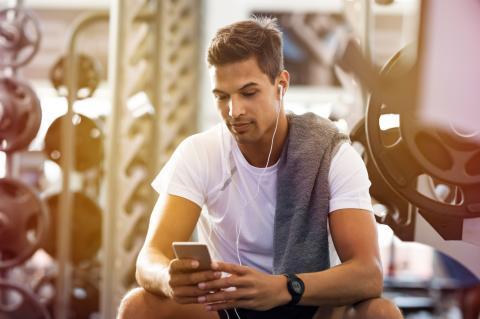 Joven haciendo ejercicio con el móvil