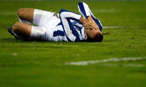Un jugador del Recreativo de Huelva, tendido en el suelo durante un partido de Copa