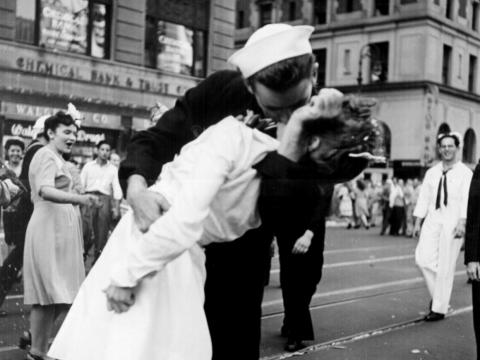 El beso del final de la guerra