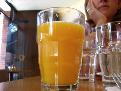Muchos zumos de naranja contienen gran cantidad de calcio.