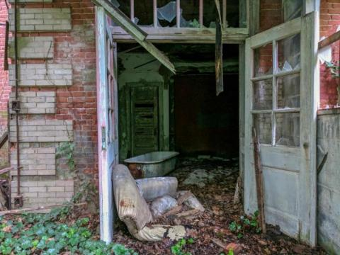 En lugar de tomar el ferry todos los días, algunos trabajadores del hospital optaron por vivir en La Casa de las Enfermeras. Las bañeras se han caído del segundo piso de esta mansión de estilo victoriano de 40.000 pies que fue construida en 1905