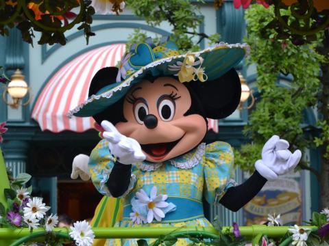 Un hombre tocó de manera inapropiada a una mujer que estaba disfrazada de Minnie Mouse.