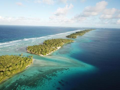 Una delgada franja de atolones de coral separa el océano de la laguna en Majuro, Islas Marshall.