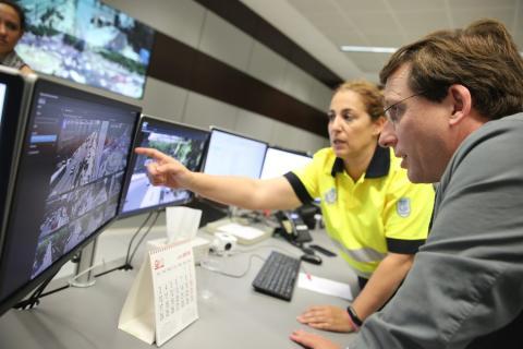 Martínez-Almeida verifica que los semáforos de la A5 ya no están operativos.