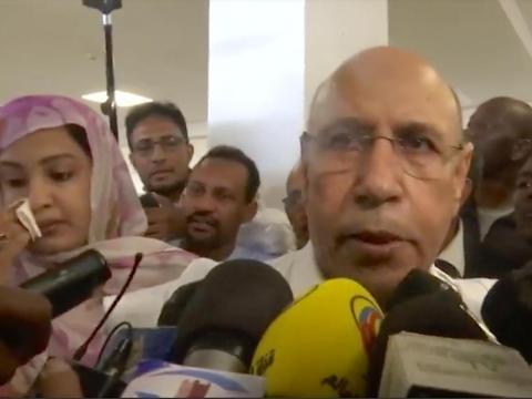 Mohamed Ould Ghazouani rodeado de reporteros cuando votó en las elecciones de Mauritania el 22 de junio de 2019.