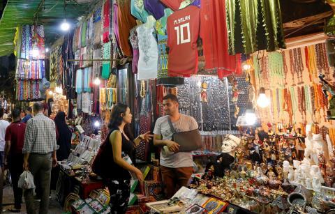 """Unos turistas compran en una zona turística muy conocida llamada """"Khan el-Khalili"""" en el antiguo Cairo islámico"""