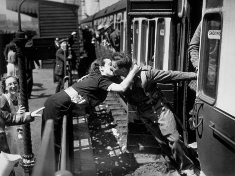 Un soldado de la Fuerza Expedicionaria Británica, que regresa de Dunkerque, es recibido cariñosamente por su novia.