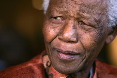 Mandela sonríe mientras anuncia formalmente su retiro de la vida pública en las oficinas de su fundación en Johannesburgo.