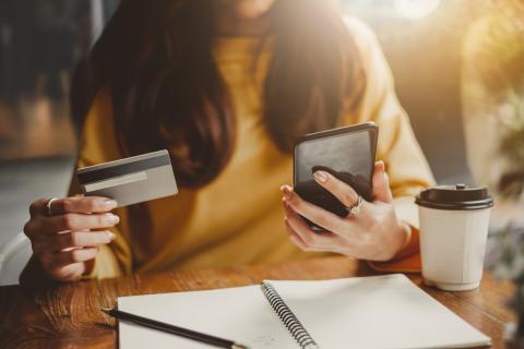 Mujer comprando por el móvil, compras, comercio online