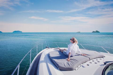 Una mujer toma el sol en la cubierta de un yate