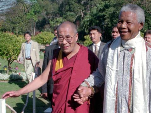 El Dalai Lama se reunió con Nelson Mandela en Ciudad del Cabo en 1996.