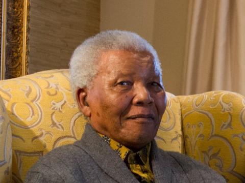 Nelson Mandela levantando una copa durante un almuerzo a beneficio de la Mandela Children's Foundation.