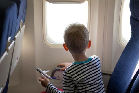 Niño en un avión.