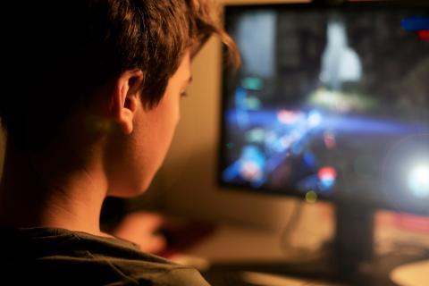 Niño jugando en el ordenador.
