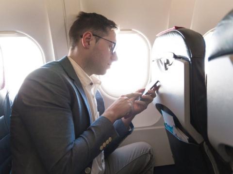 No atender a los asistentes de vuelo cuanto te están hablando